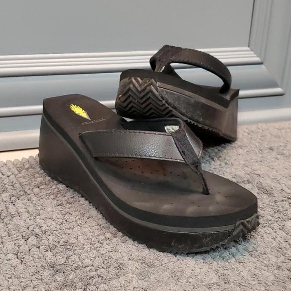 Volatile black sandles